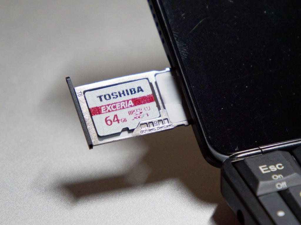 Cosmo Communicator の SIMスロット